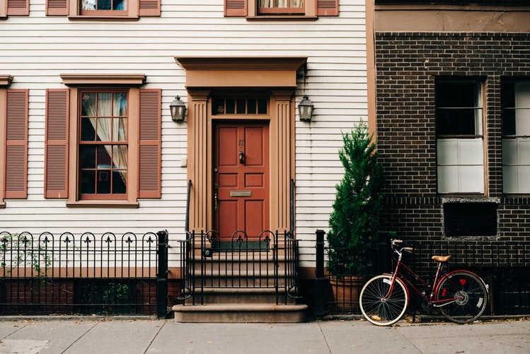 porta frisada de madeira branca