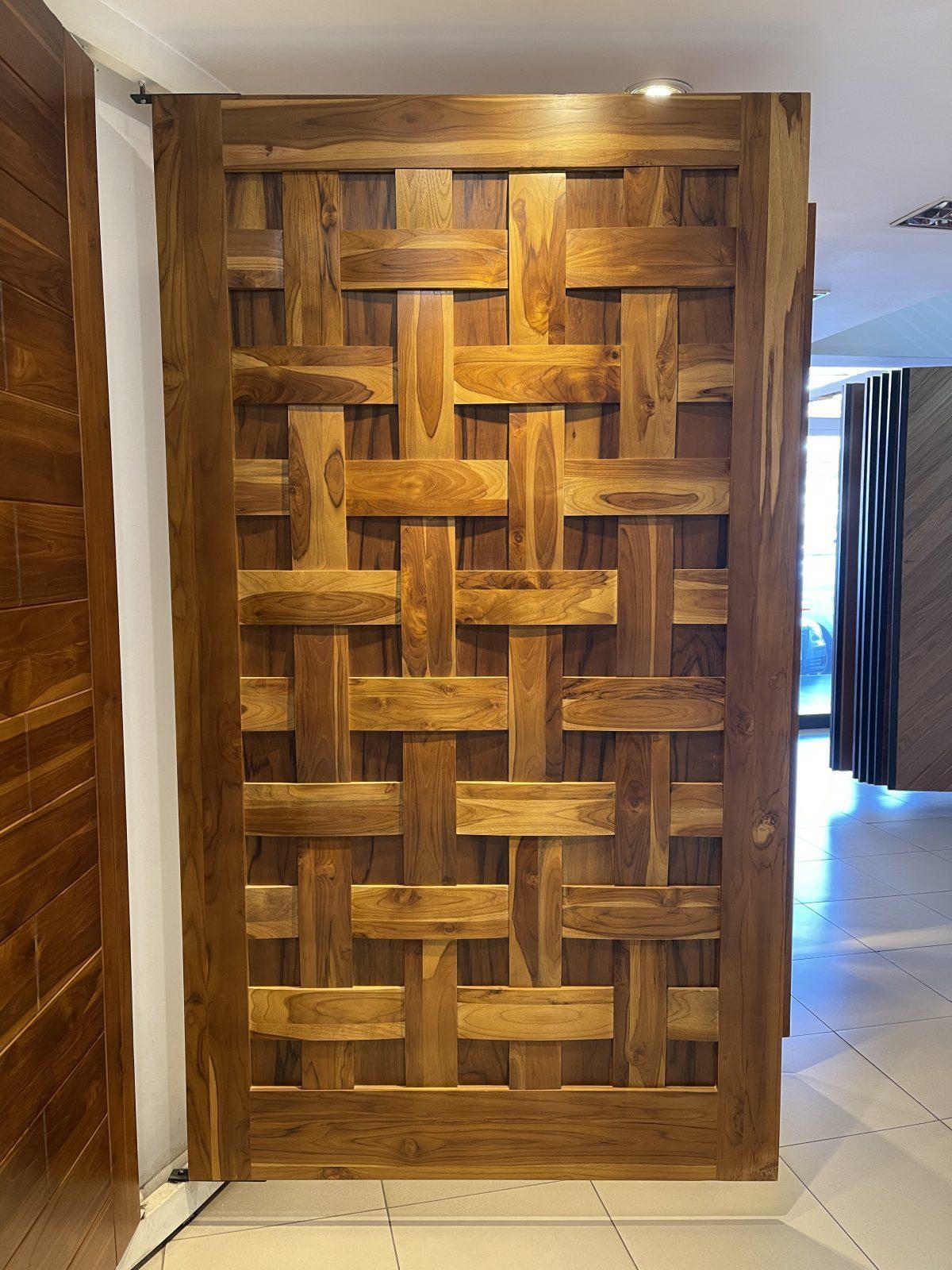 Porta Pivotante Estruturada Maciça Teca